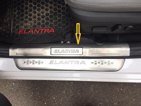 Chống trầy bậc cửa trong xe Hyundai Elantra 2018